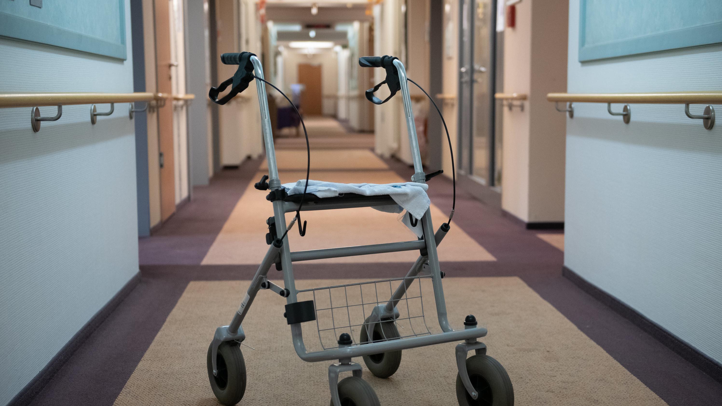 Rollator im Gang eines Pflegeheims