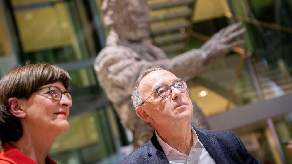 Die designierten Parteivorsitzenden Saskia Esken und Norbert Walter-Borjans vor der Statue von Willy Brandt   Bild:Kay Nietfeld/dpa