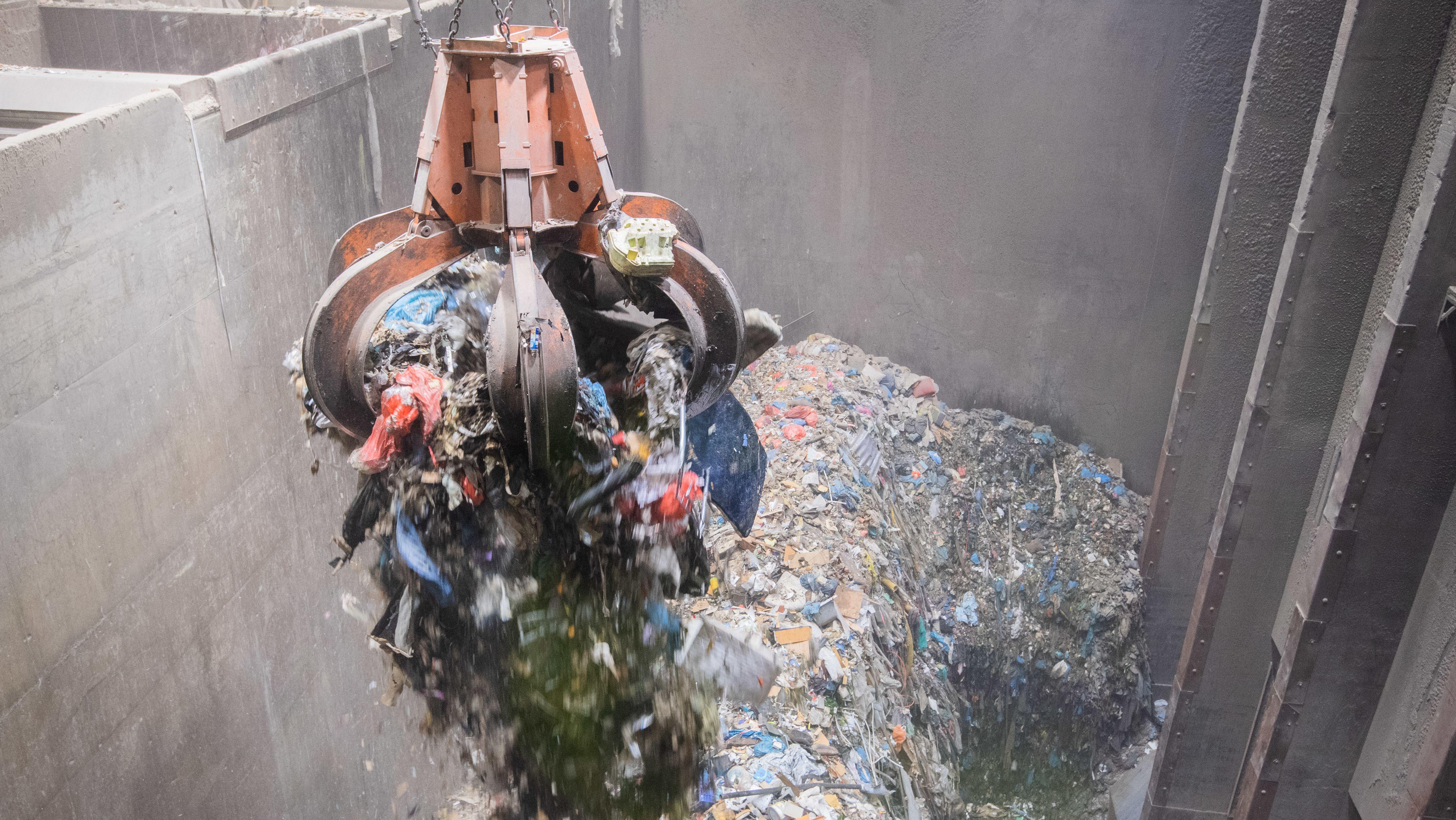 Ein Kran transportiert Müll zum Verbrennen in einer Müllverbrennungsanlage (Symbolbild)