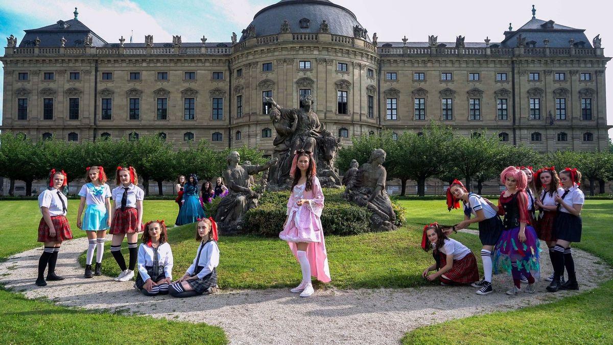 Die Jugendlichen des Wirsberg-Gymnasiums in ihren Kostümen vor der Würzburger Residenz.