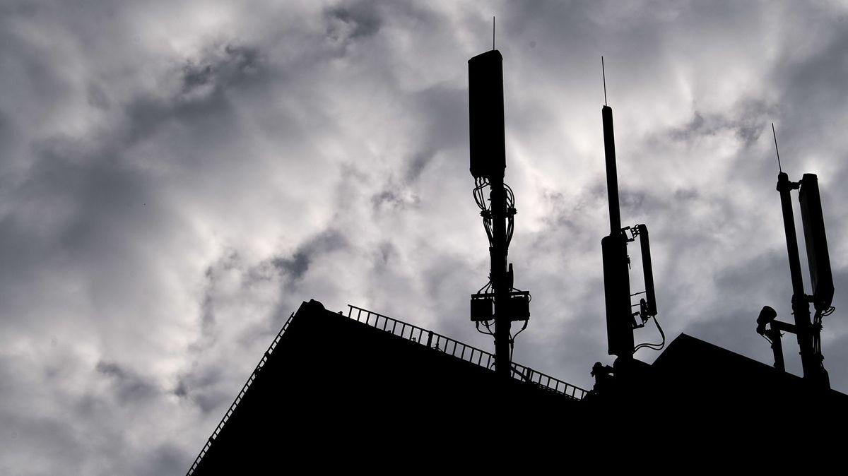 Verschwörungstheoretiker befürchten, dass der neue Mobilfunkstandard 5G zur Ausbreitung von Corona beiträgt.
