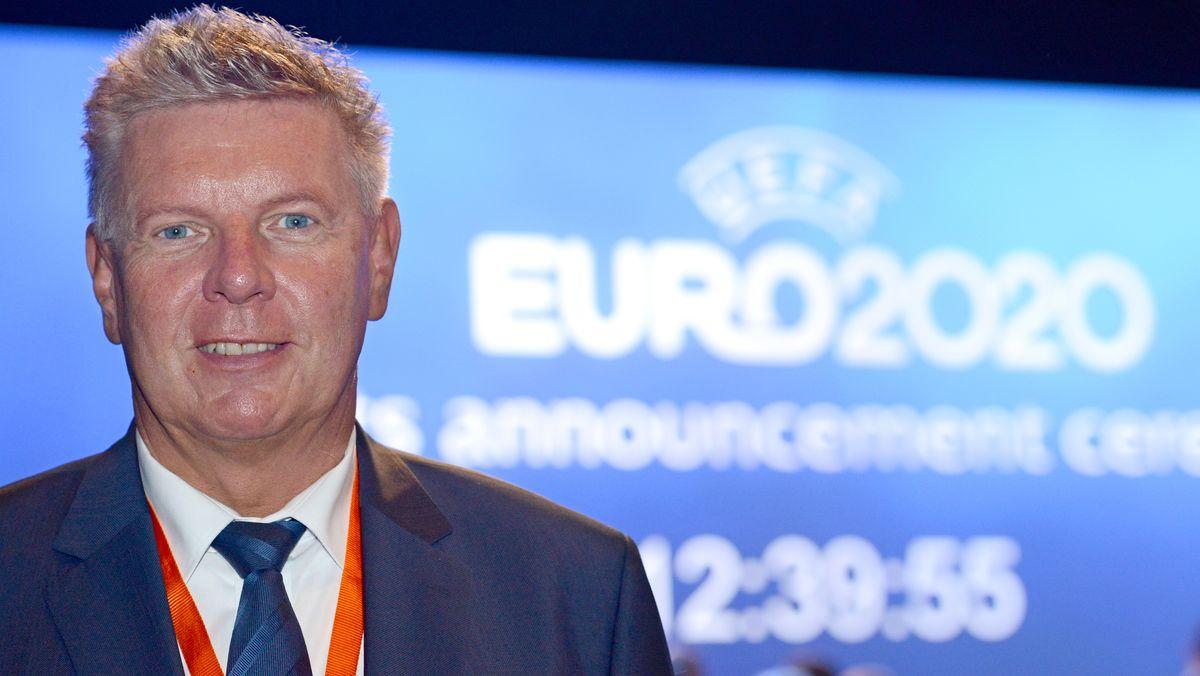 Münchens Oberbürgermeister Dieter Reiter vor einem Europameisterschafts-Logo
