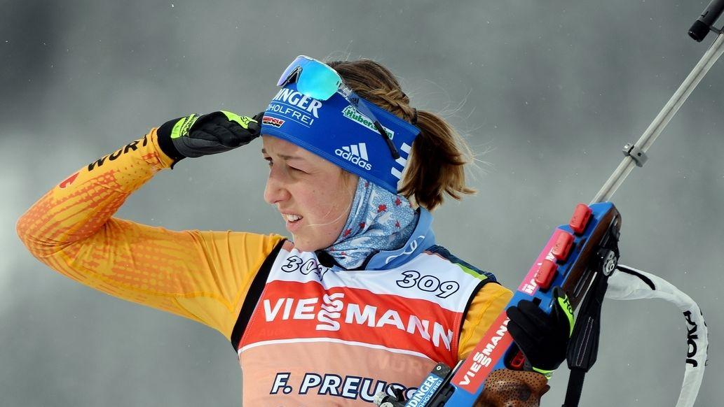 Franziska Preuß blickt auf die Strecke in Antholz