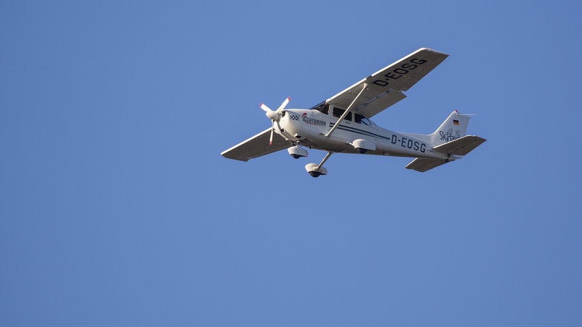 Ein Leichtflugzeug in der Luft (Symbolbild)