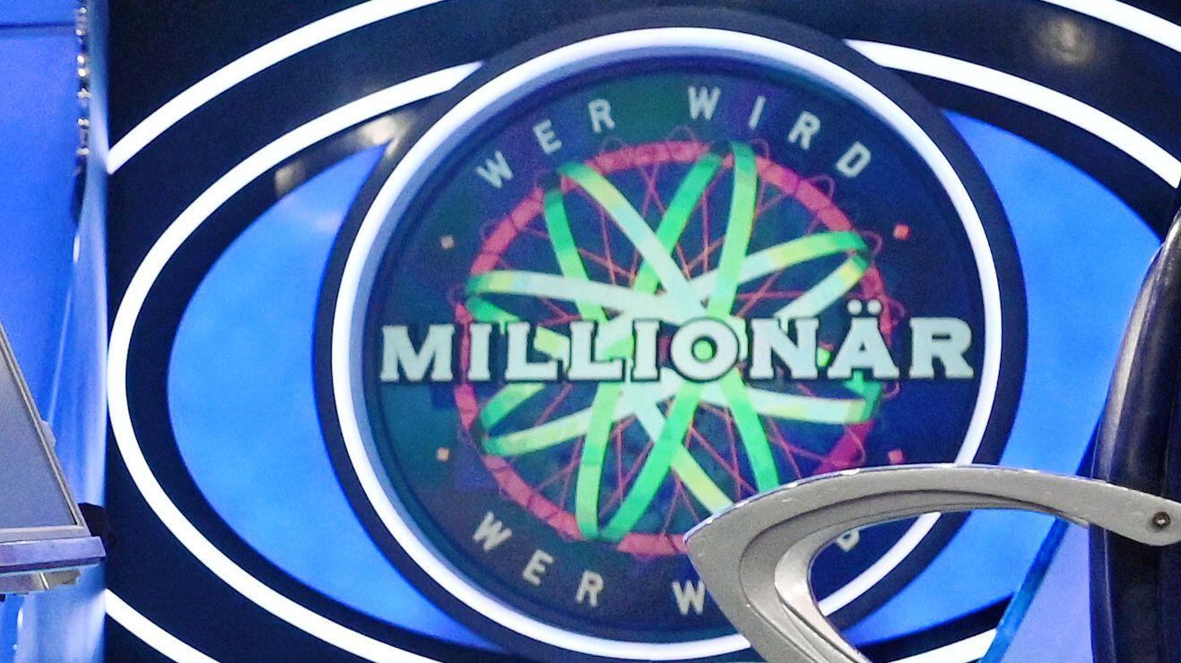 """""""Wer wird Millionär""""-Logo im Fernsehstudio"""