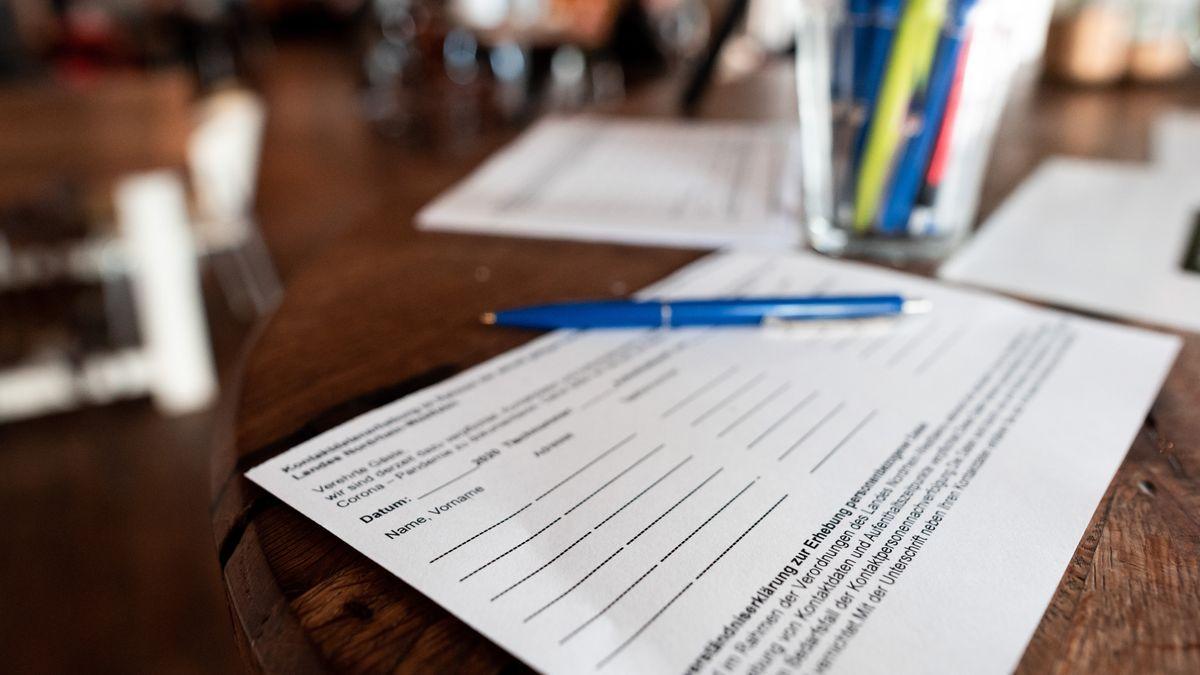 Ein Zettel für die Kontaktdaten von Gästen liegt in einem Restaurant (Symbolbild)