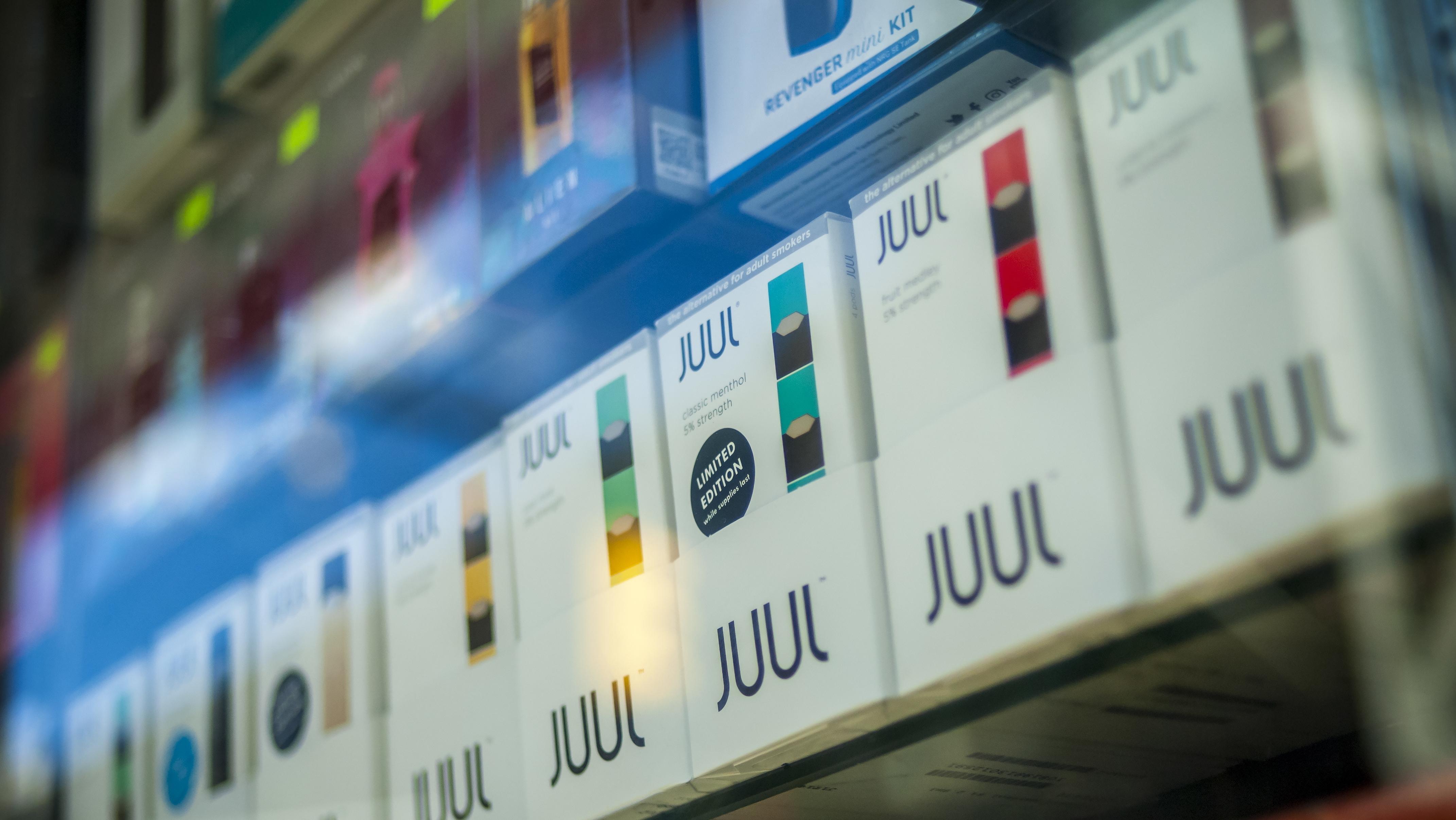 "Elektrische Zigaretten der Marke ""Juul"" in Ladenregalen"