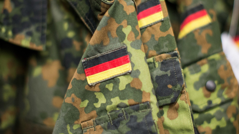 Jacken der Bundeswehr hängen in einer Garderobe in Nordrhein-Westfalen.