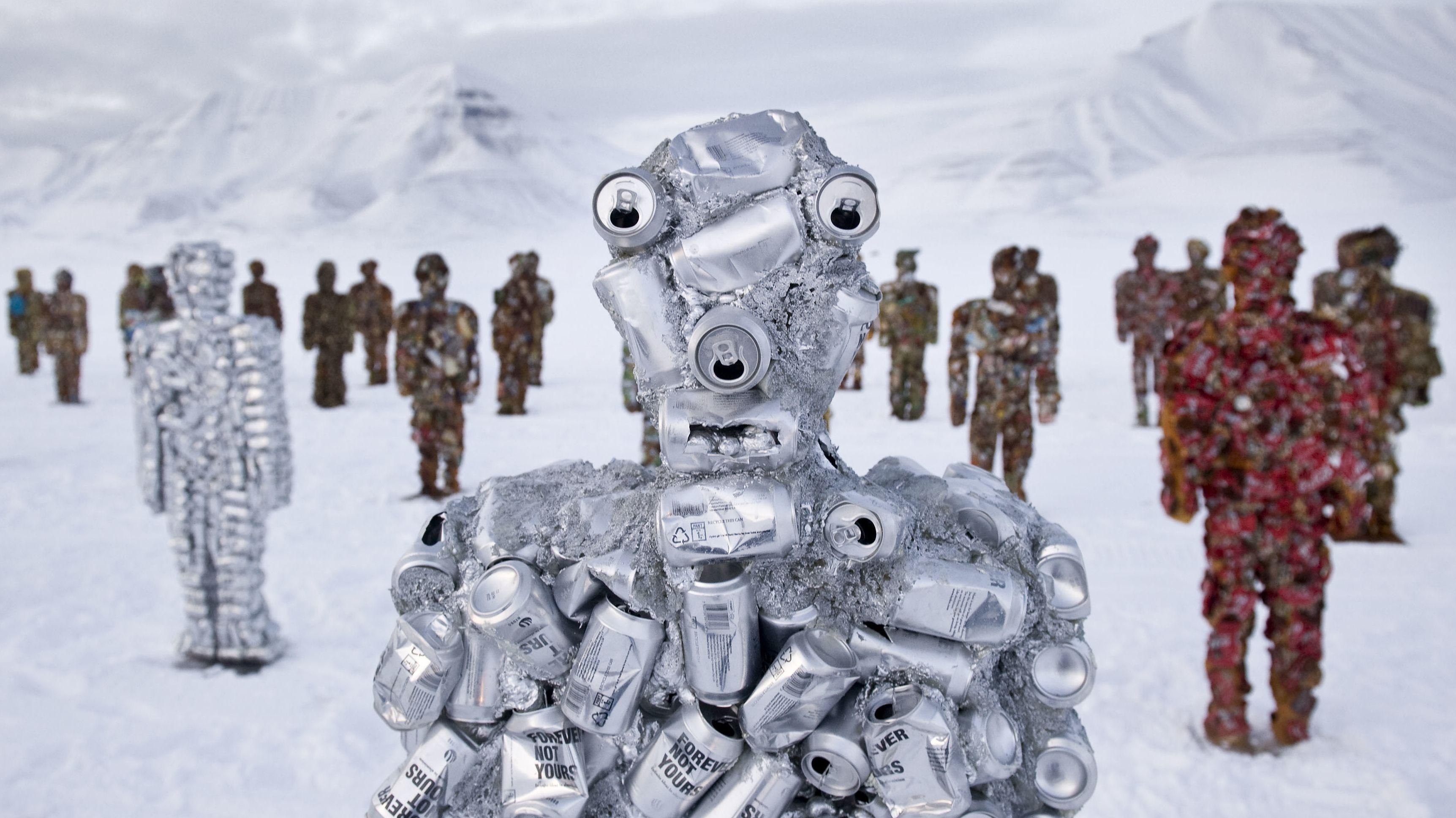 Auch in der Arktis standen sie schon: Die Trash People von HA Schult