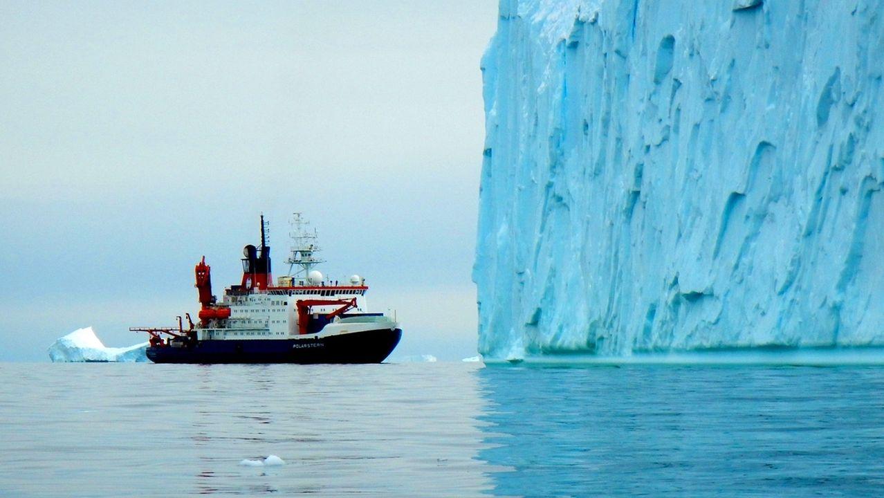Das FS Polarstern vor einem mächtigen Eisberg in der inneren Pine Island Bucht, Westantarktis.