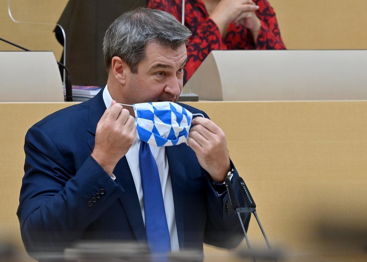 21.10.2020, Bayern, München: Markus Söder (CSU), Ministerpräsident von Bayern, nimmt zu Beginn seiner Regierungserklärung vor dem bayerischen Landtags seinen Mund-Nasen-Schutz ab. Foto: Peter Kneffel/dpa +++ dpa-Bildfunk +++