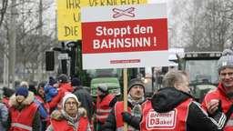Gegner des Brenner-Nordzulaufs demonstrieren am 21. Januar in Rosenheim. | Bild:pa/dpa/Roland Mühlanger