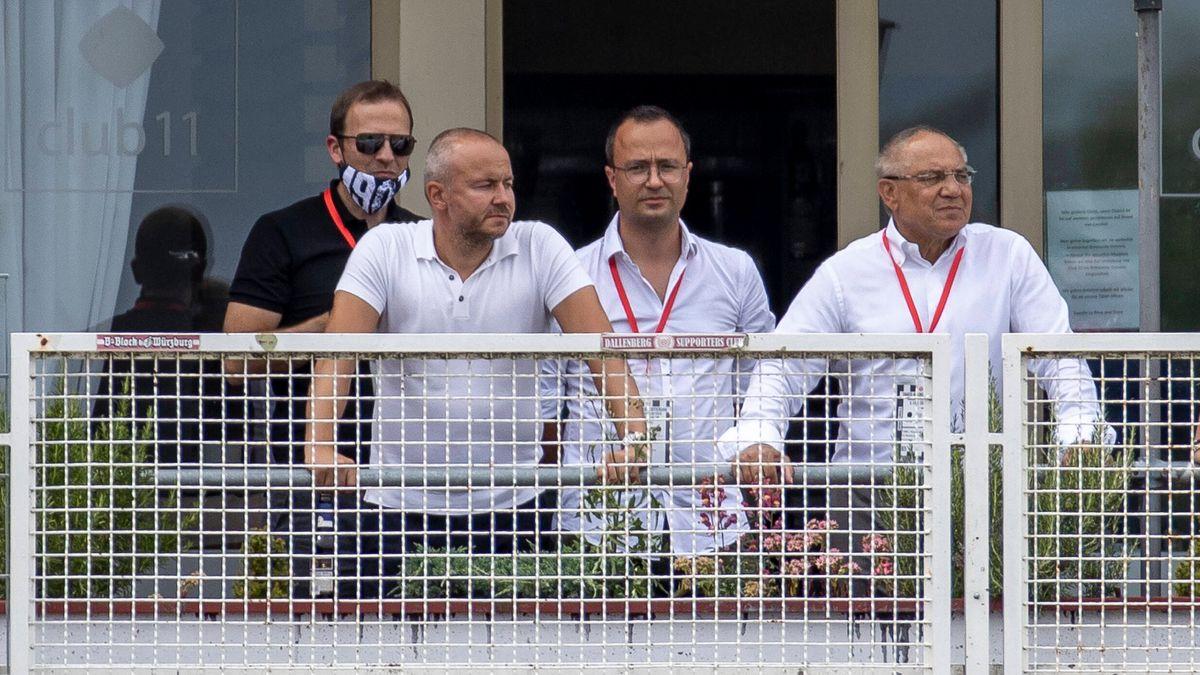 Aufmerksame Beobachter beim Spiel Würzburg-Rostock: Felix Magath, Sebastian Herkert und Thorsten Fischer (v.r.)