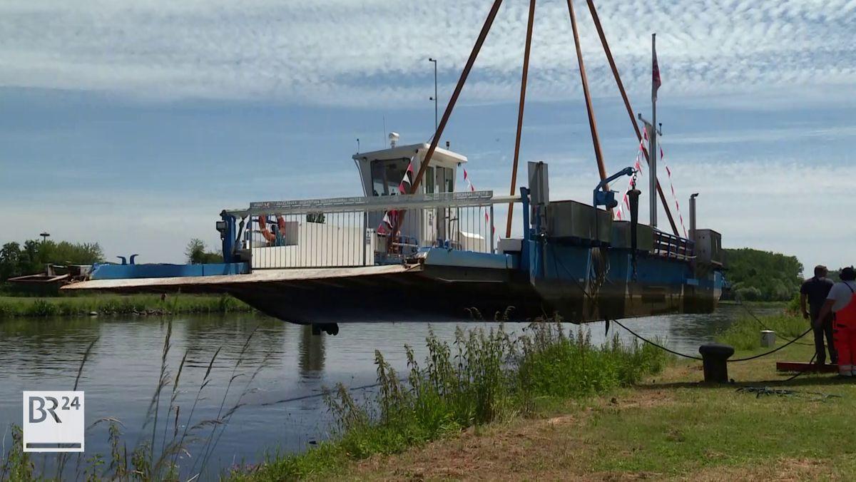 Per Kran wurde die Wipfelder Fähre zur Untersuchung ans Ufer gehoben.