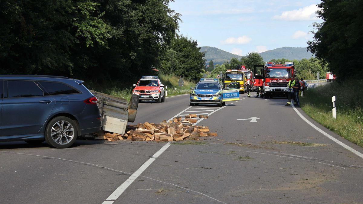 Eine 18 Jahre alte Motorradfahrerin ist bei einem Unfall auf der B22 gestorben.