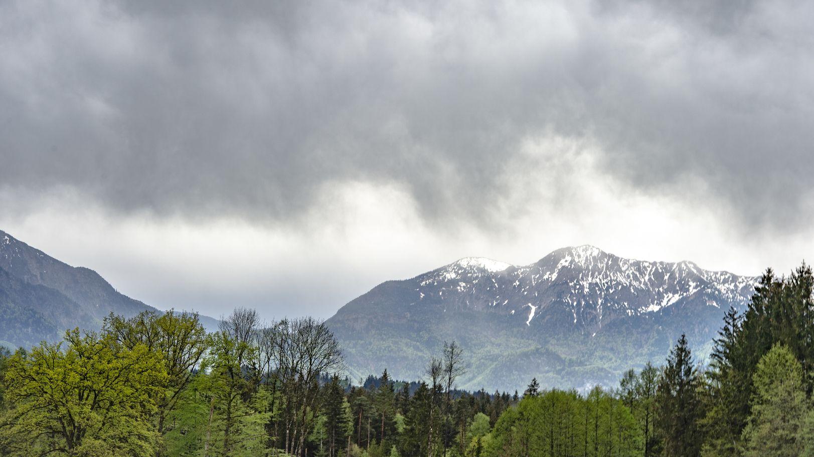 Münchner Voralpenland in der Nähe von Wolfratshausen bei Schlechtwetterlage.