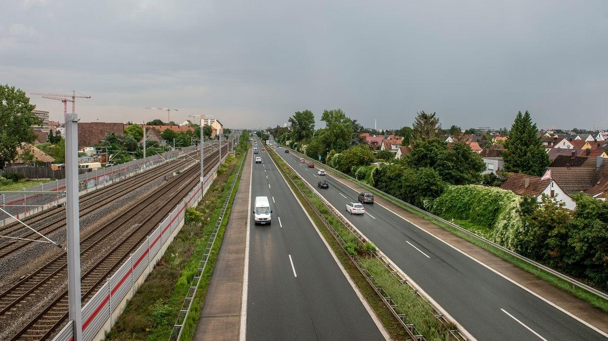 Blick auf den Frankenschnellweg in Nürnberg neben der Bahntrasse.