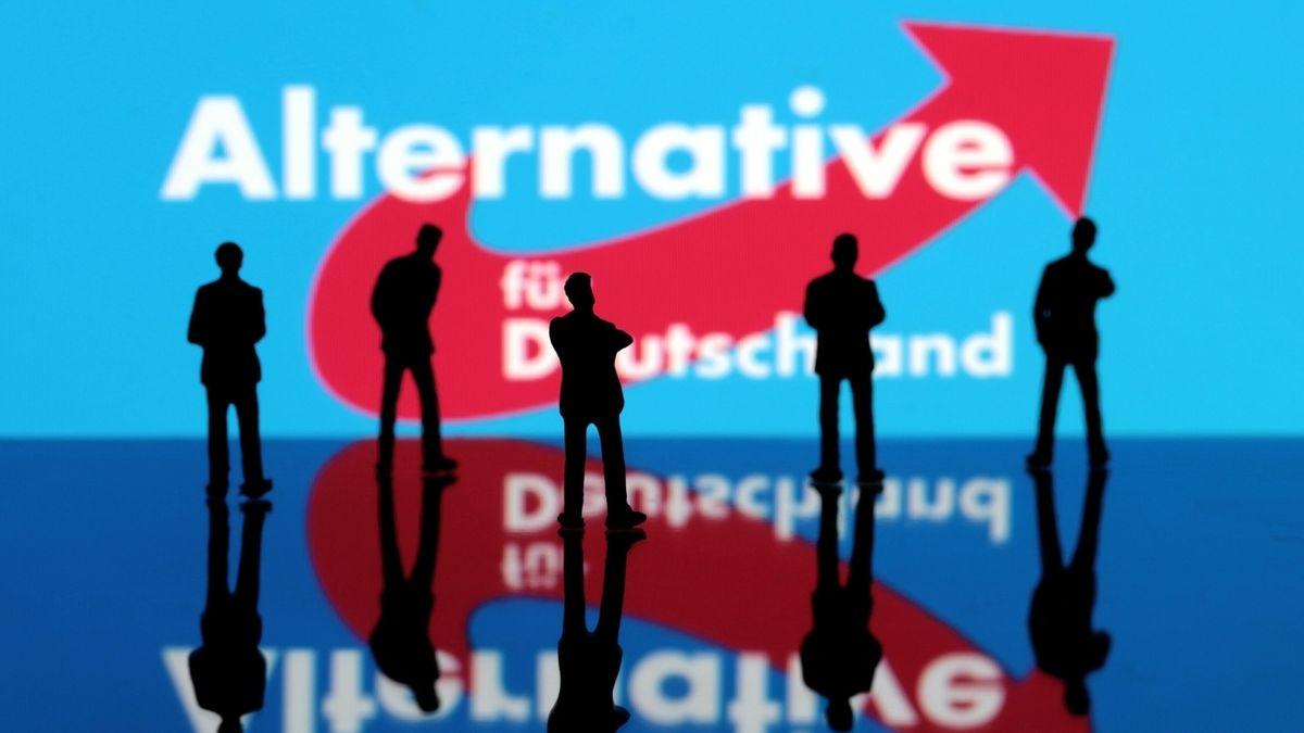 AfD Logo mit Figuren im Vordergrund