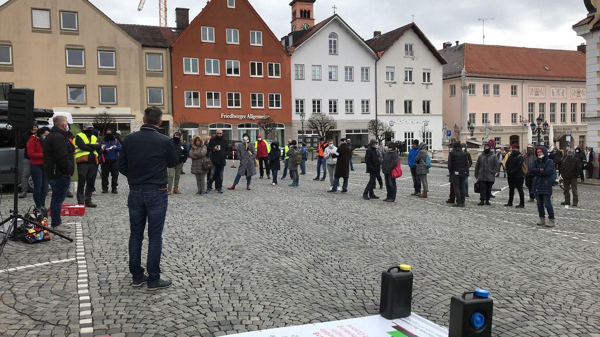 """Kundgebung des Unternehmerkreises """"Zukunft in Not"""" auf dem Marienplatz in Friedberg."""