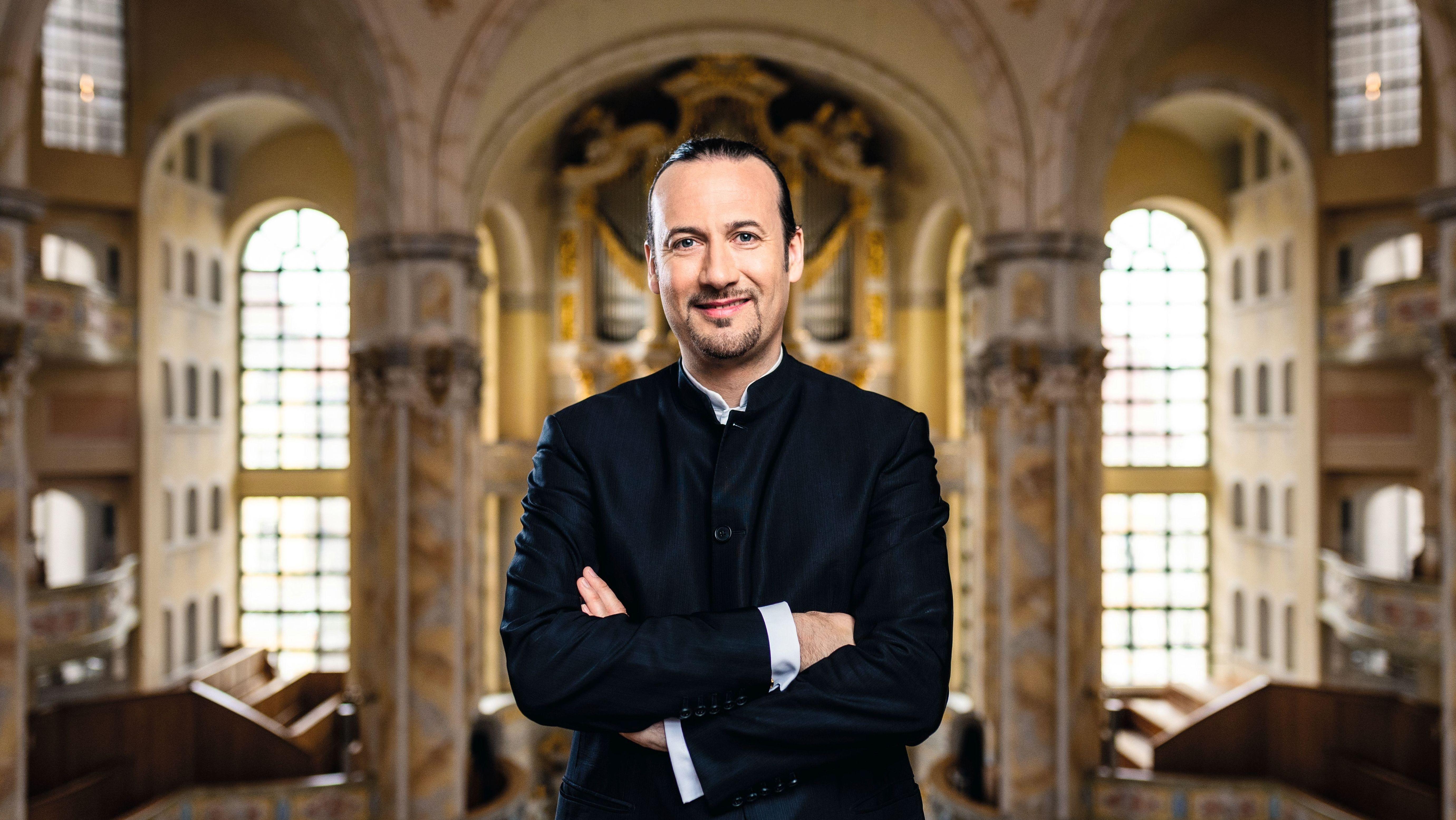 Der Organist Matthias Grünert in der Frauenkirche Dresden, im Hintergrund die Orgel