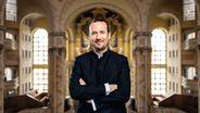 Der Organist Matthias Grünert in der Frauenkirche Dresden, im Hintergrund die Orgel   Bild:Stiftung Frauenkirche Dresden/Thomas Schlorke