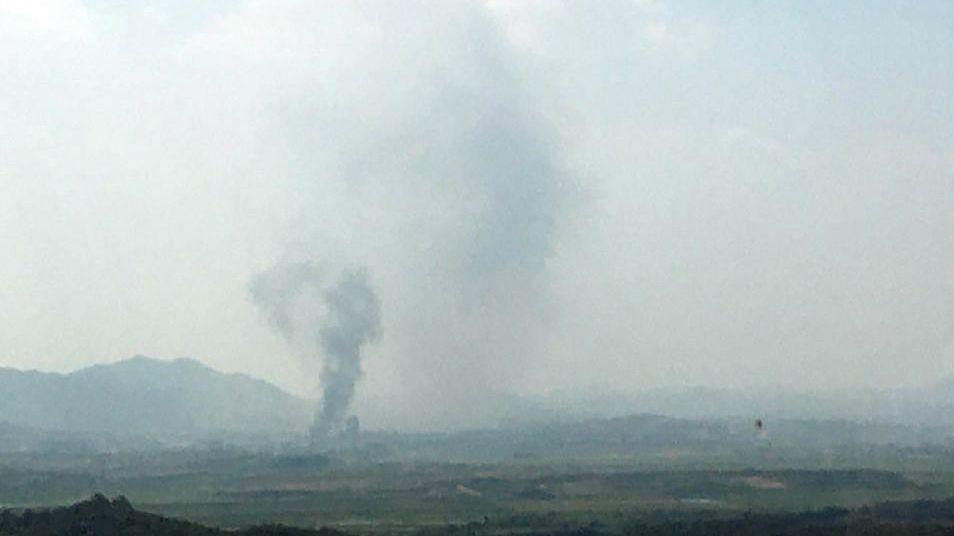 Rauch steigt in der nordkoreanischen Grenzstadt Kaesong auf