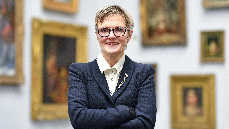 Ulrike Lorenz steht vor Gemälden