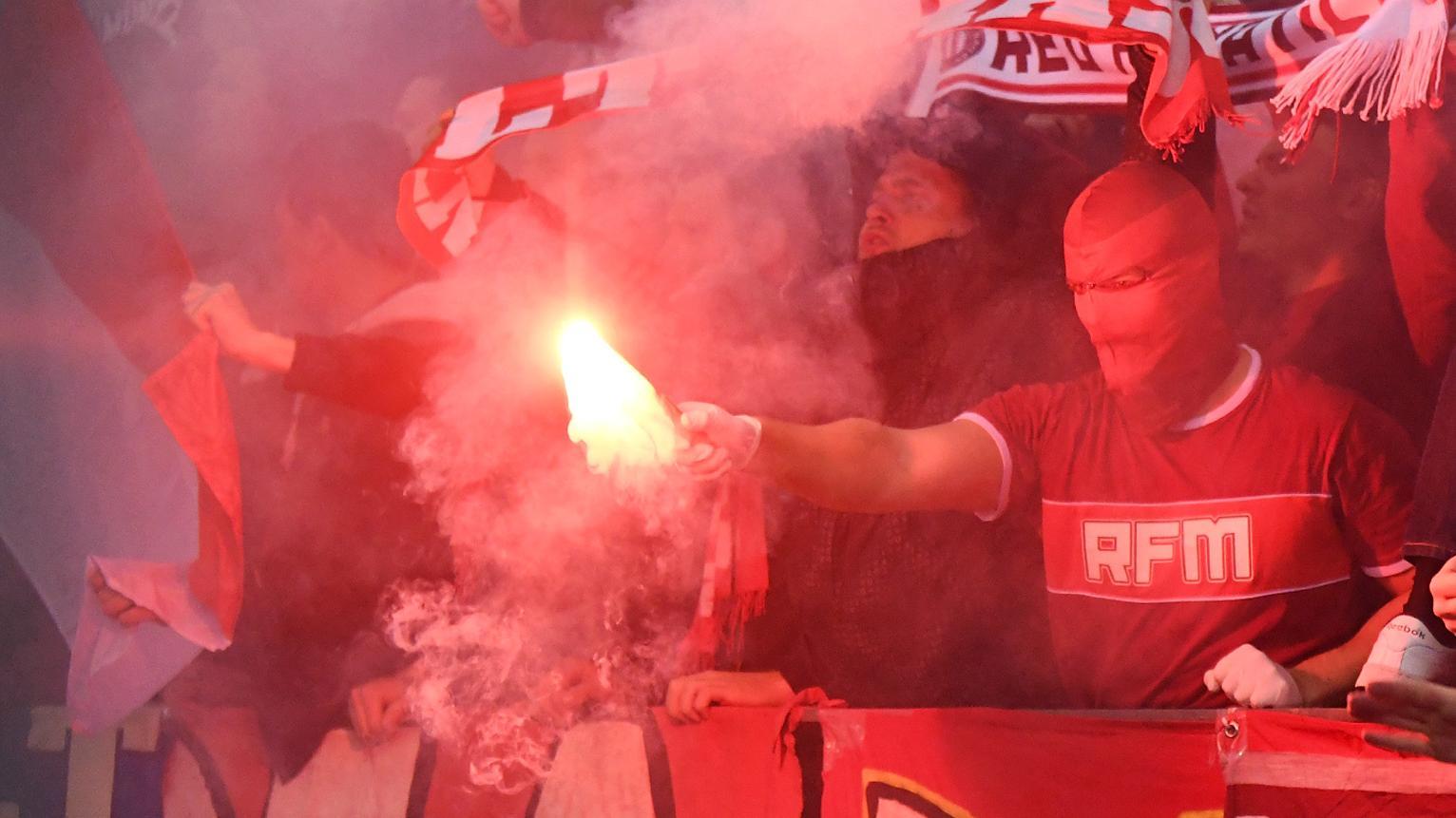 """Ultras vom Fanclub """"Schickeria"""" brennen Pyrotechnik bei Spiel Borussia Dortmund - FC Bayern München ab"""