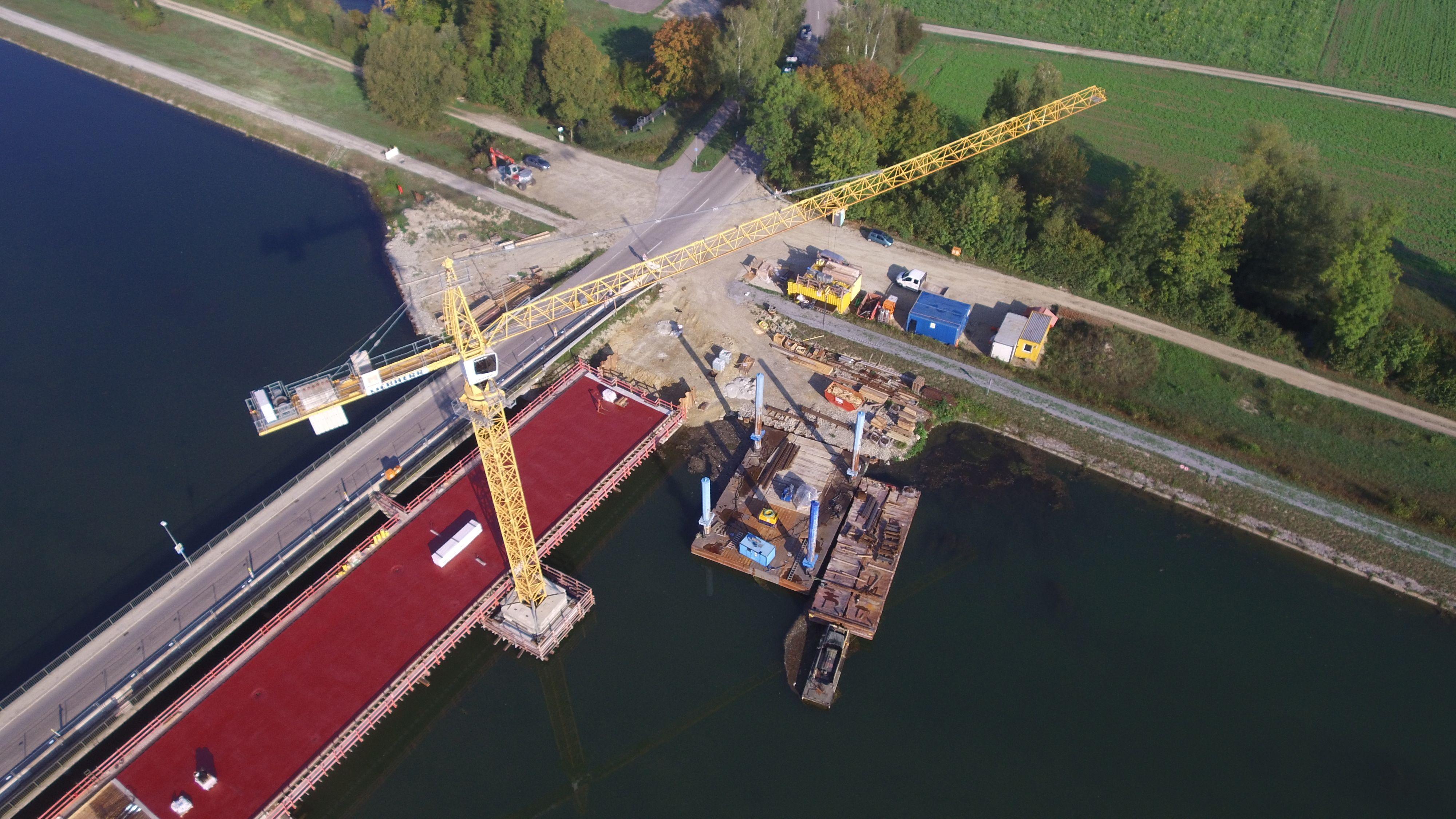Bauarbeiten an der alten und neuen Isarbrücke bei Niederviehbach.