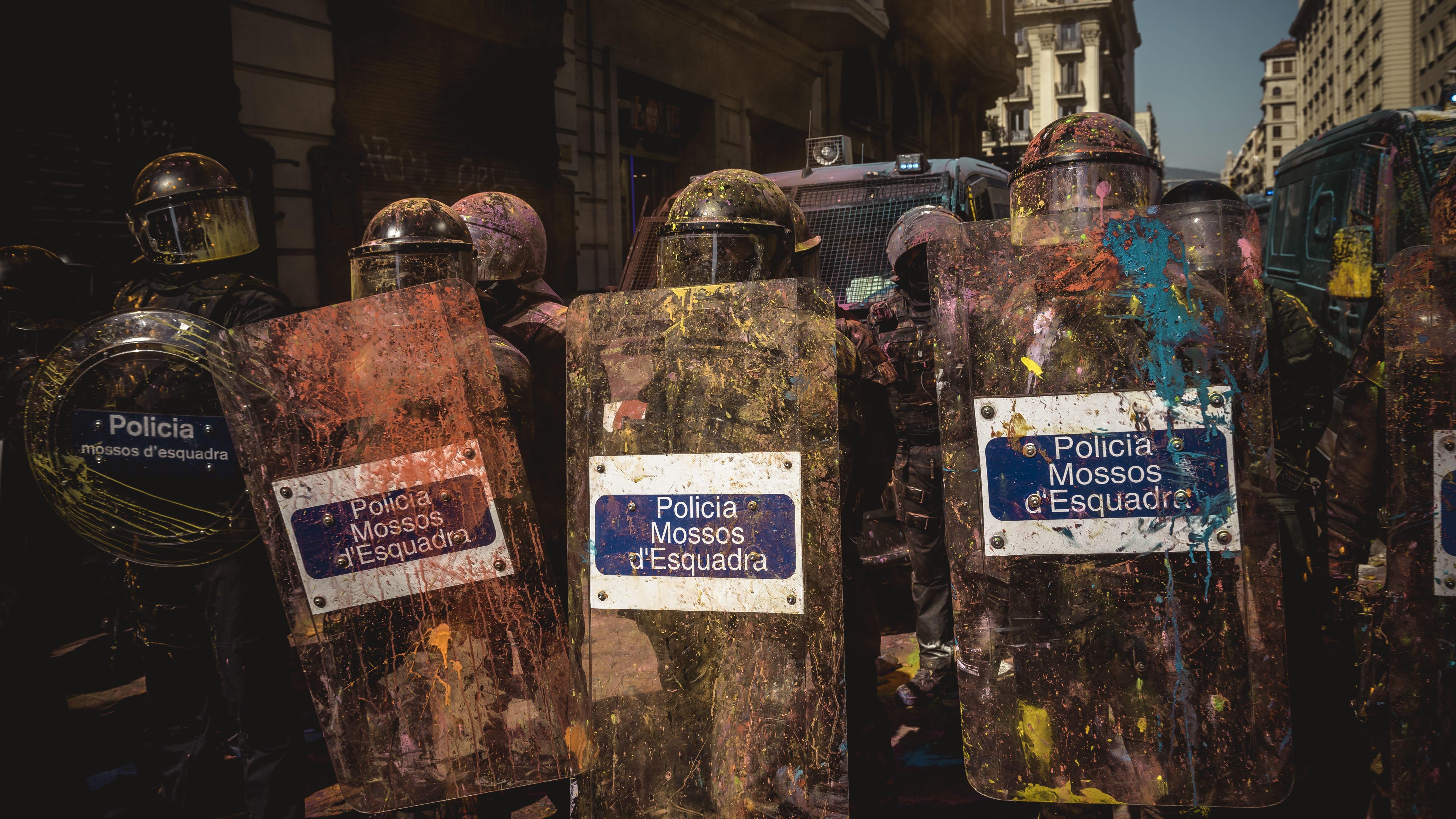 Katalanische Polizisten, die mit Farbbeuteln beworfen wurden