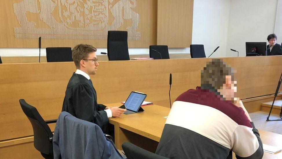 Der Angeklagte und sein Verteidiger im Landgericht Deggendorf