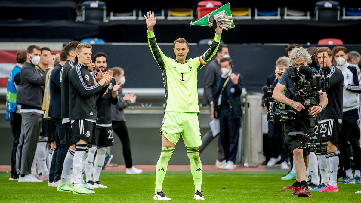 Spalier für Manuel Neuer vor seinem 100. Länderspiel.