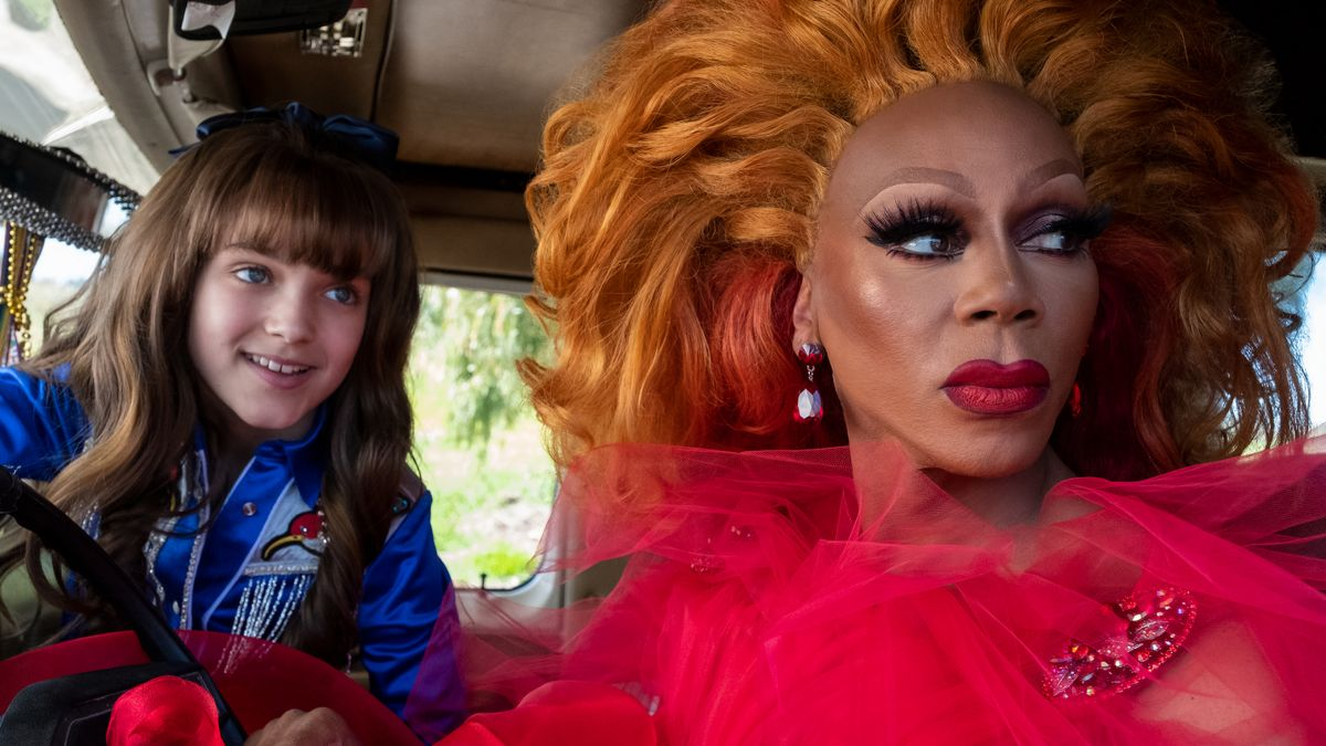 "AJ (Izzy G.) und die Drag-Queen Ruby Red (RuPaul Charles) in der Netflix Serie ""AJ and the Queen"""