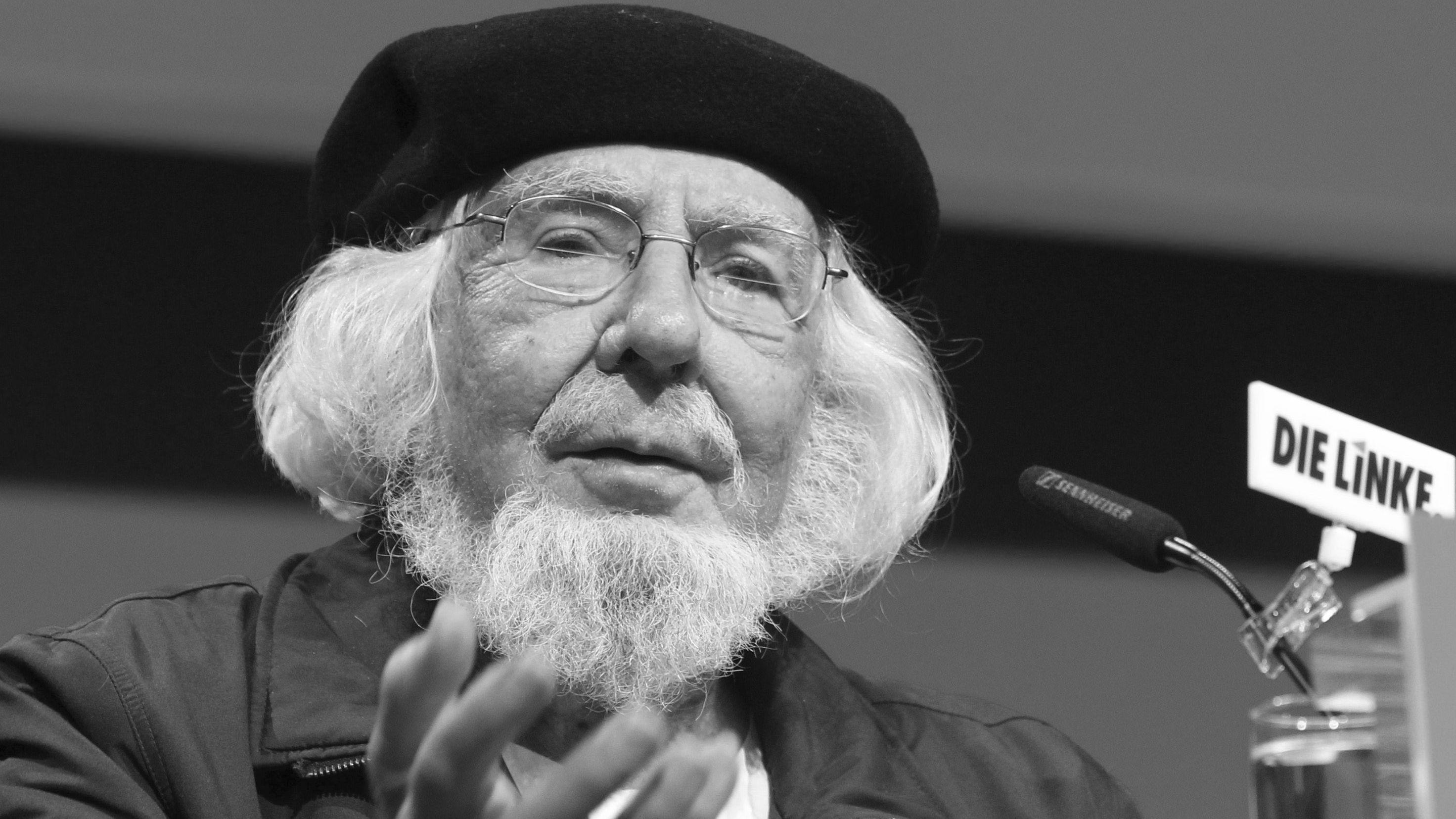 Schwarz-Weiß-Porträt des betagten Dichters Ernesto Cardenal mit der für ihn typischen schwarzen Baskenmütze