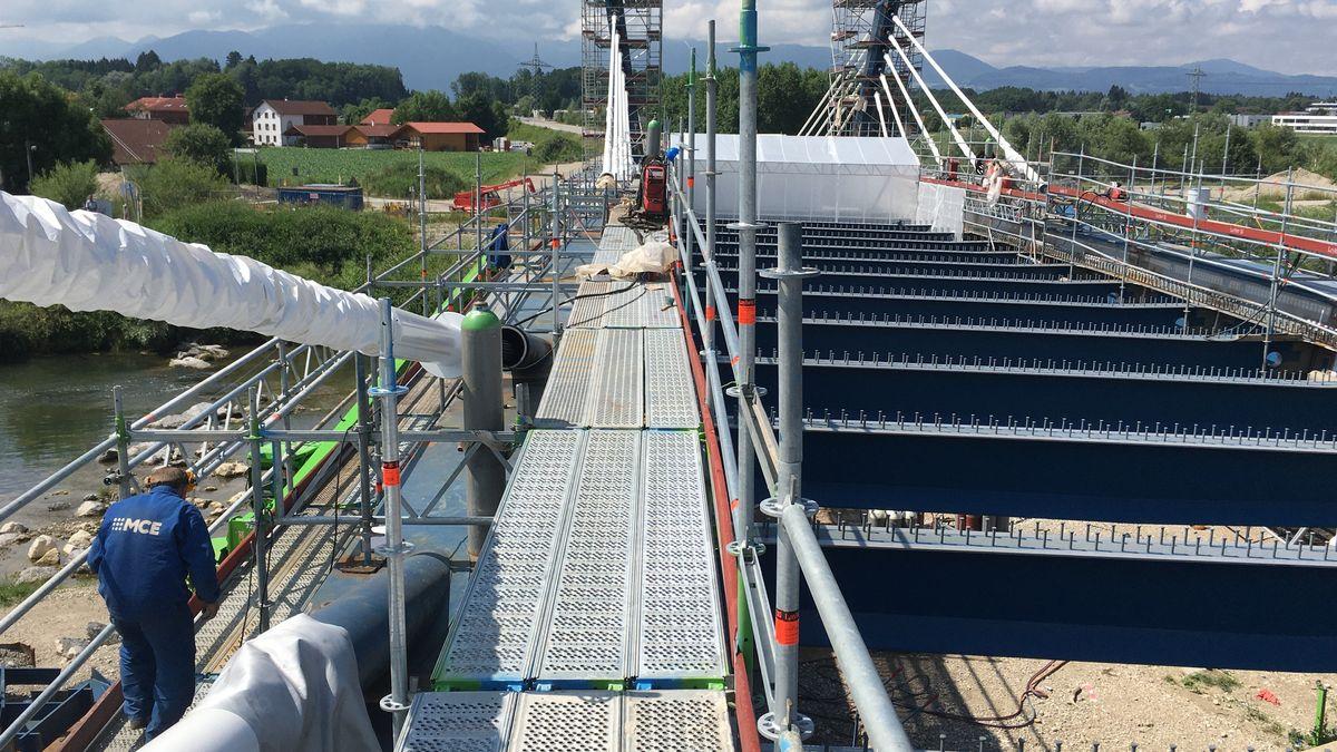 Das Stahlgerüst für die 680 Meter lange Brücke ist fertig. Ihr Fundament bilden mächtige Betonpfähle, die bis zu 50 Metern Tiefe reichen.