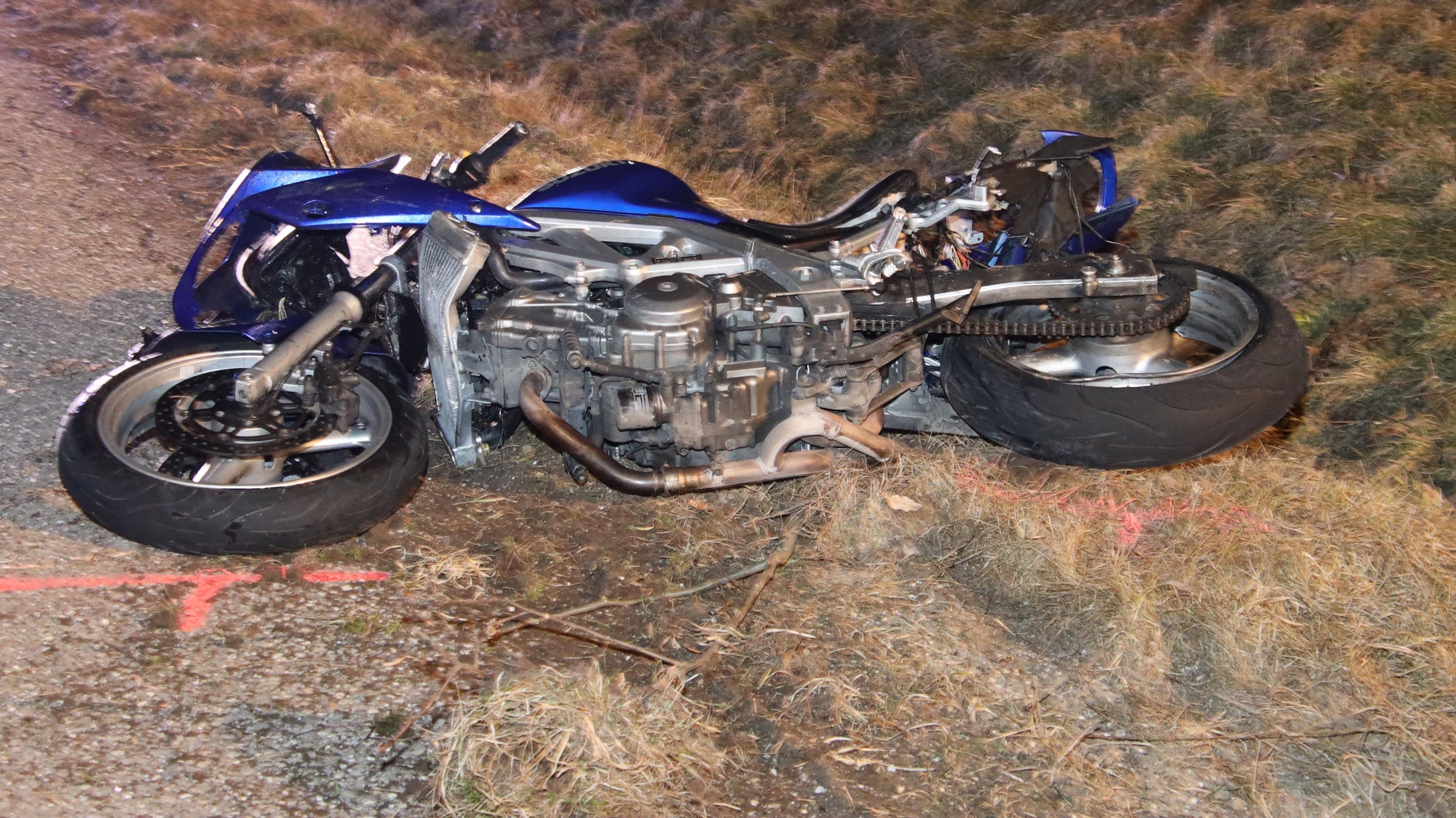 Das Motorrad der Verunglückten liegt im Graben