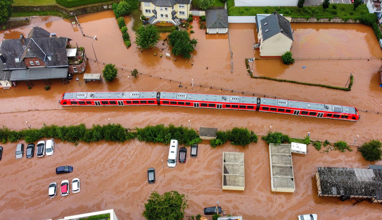 15.07.2021, Rheinland-Pfalz, Kordel: Ein Regionalzug steht im Bahnhof des Ortes im Wasser (Aufnahme mit einer Drohne). Der Strom viel aus und die Bahn blieb am Mittwoch (14.07.2021) liegen. Der Ort ist vom Hochwasser der Kyll überflutet