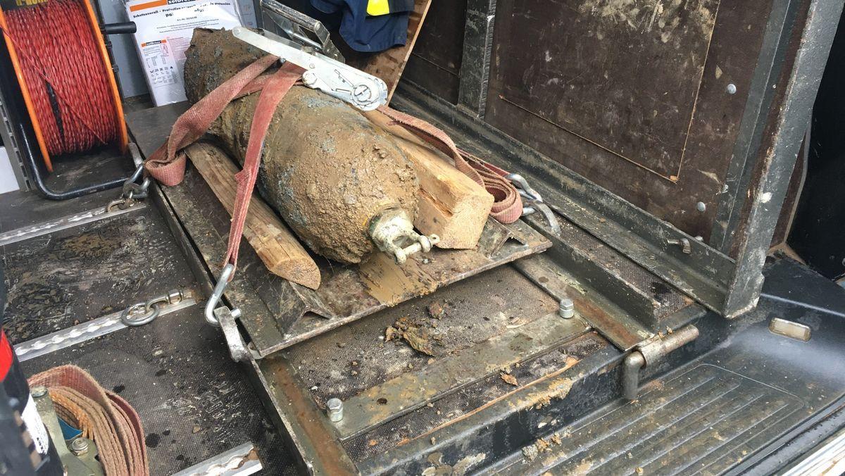 Eine Bombe liegt gesichert im Laderaum eines Transporters.