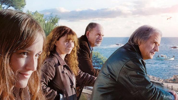 Zwei Frauen und zwei Männer stehen am Meer