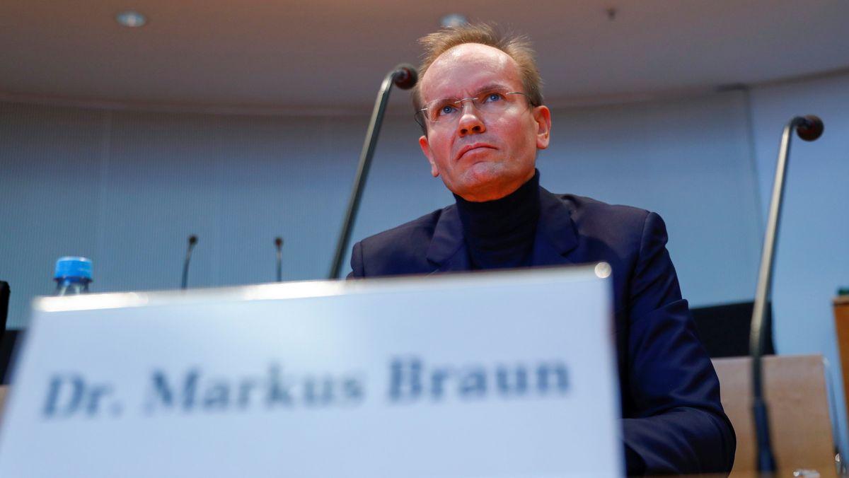 Der ehemalige Vorstandsvorsitzende von Wirecard, Markus Braun, schaut in die Runde vor seiner Aussage vor dem Wirecard-Untersuchungsausschuss des Bundestages.