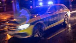 Ein Streifenwagen der Polizei fährt mit Blaulicht im Regen   Bild:dpa/pa