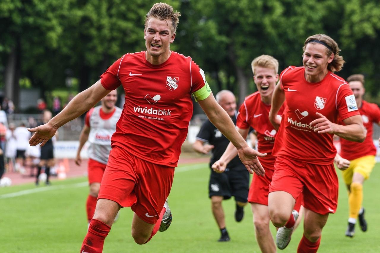 Spielszene FC  Schweinfurt 05 - SV Havelse - Kapitän Tobias Fölster feiert seine Treffer zum 1:0