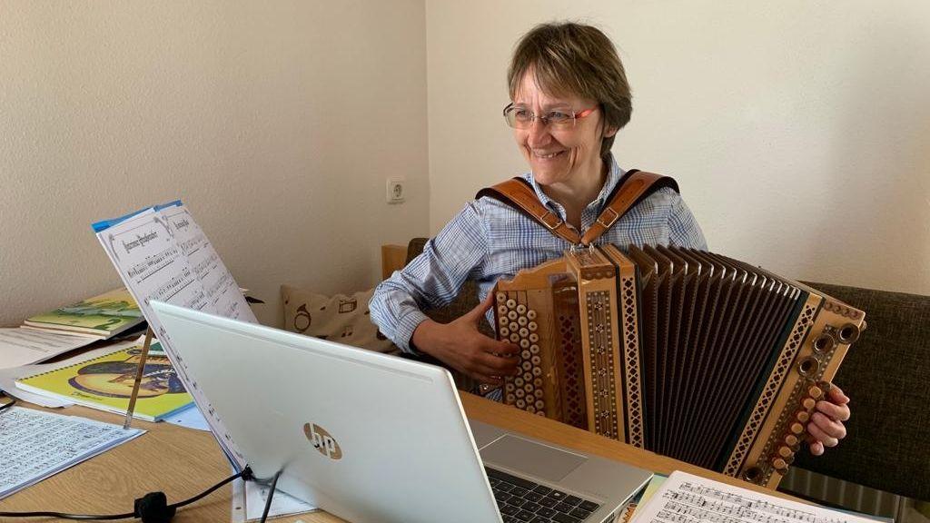 Irmgard Schaffer, Leiterin der Musikschule in Zwiesel beim Online-Musizieren.