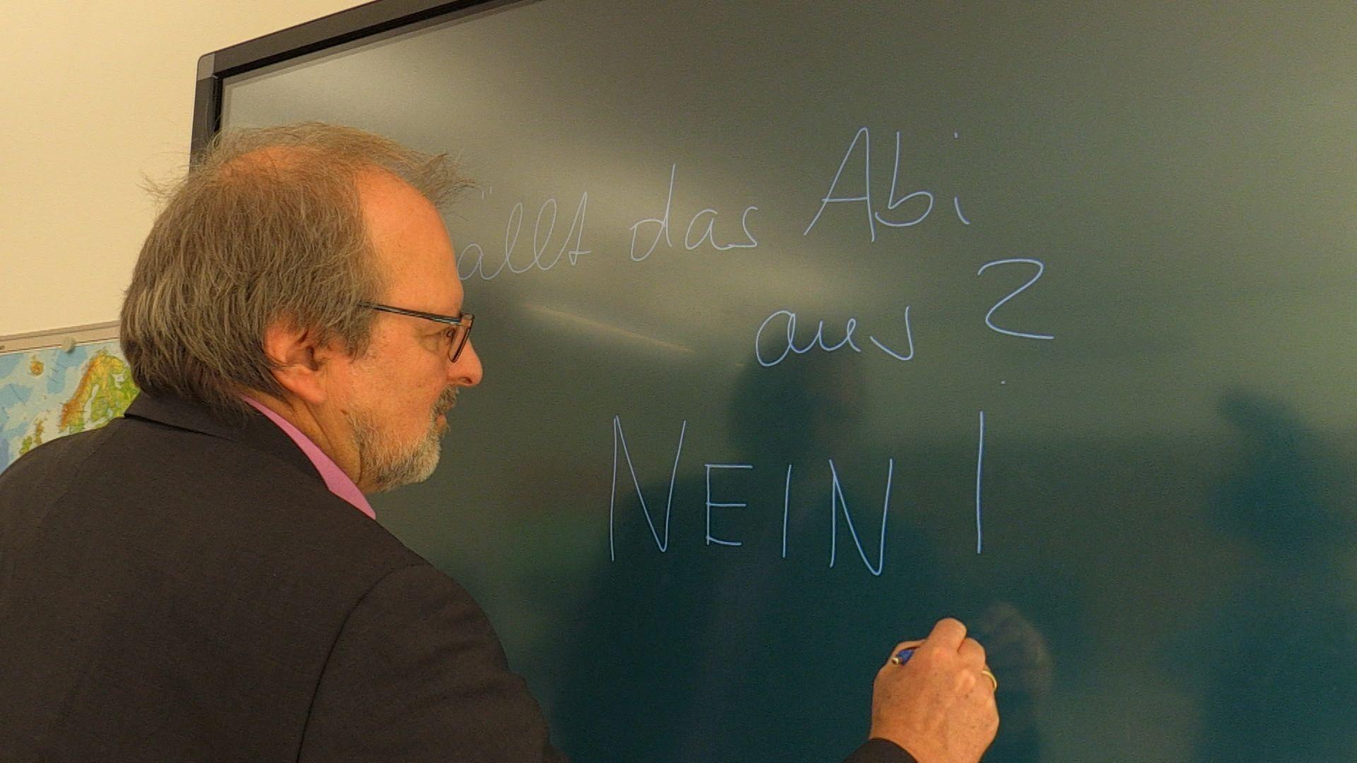Der Präsident des Deutschen Lehrerverbands, Heinz-Peter Meidinger, an der Tafel