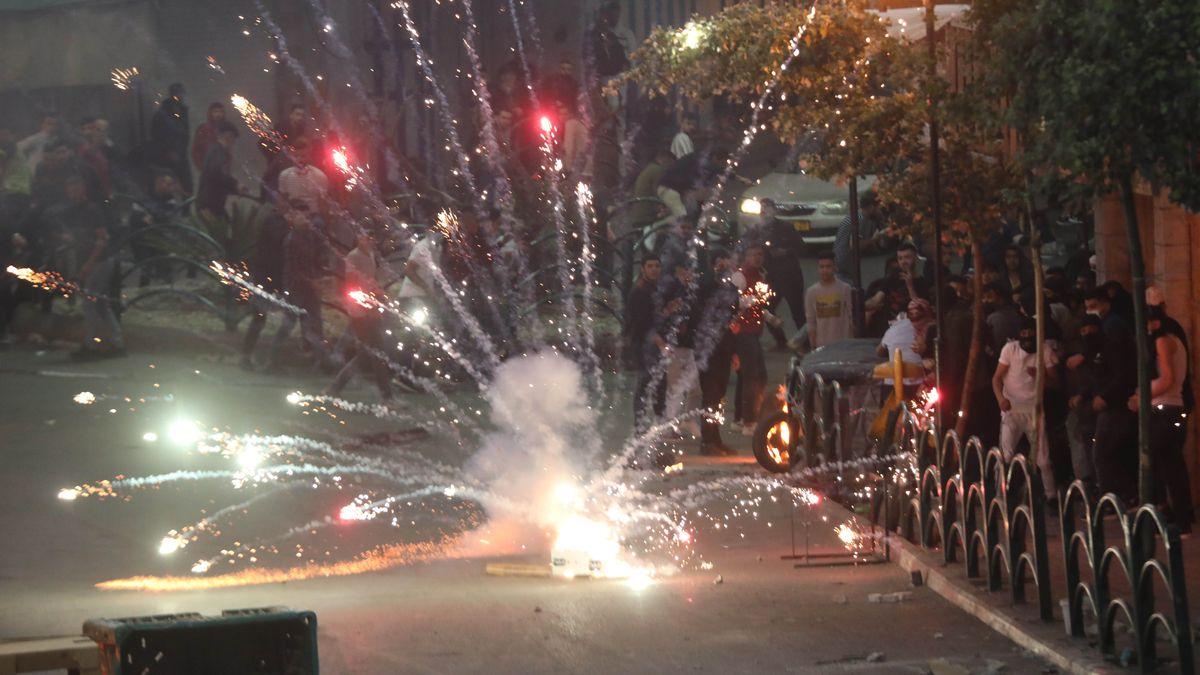 Gewalttätige Auseinandersetzungen zwischen Israelis und Palästinensern mit Feuerwerkskörpern, Blendgranaten und Tränengas