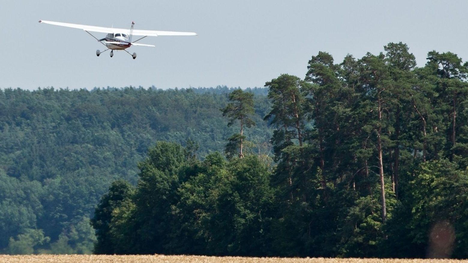 Ein Waldbrand-Beobachtungsflugzeug