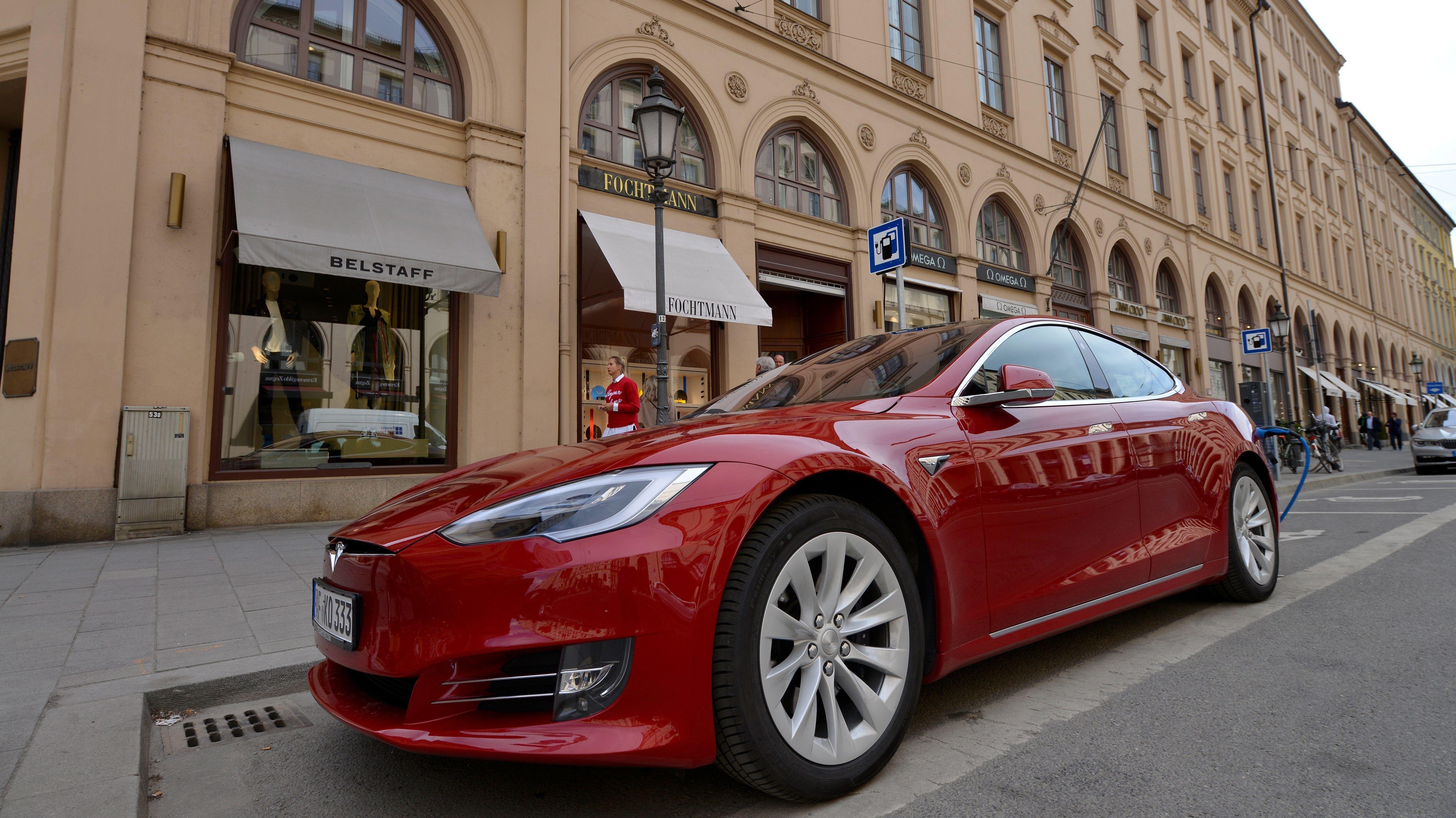 Ein Tesla wird in der Münchner Maximilianstraße aufgeladen