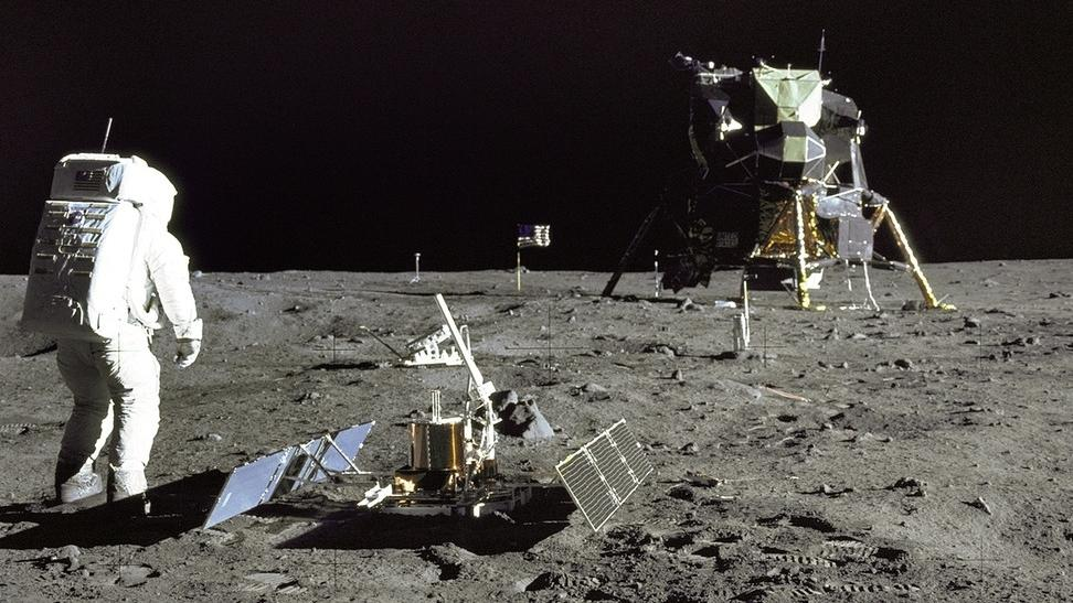 Buzz Aldrin baut bei der ersten Mondlandung am 21 Juli 1969 ein Experiment auf