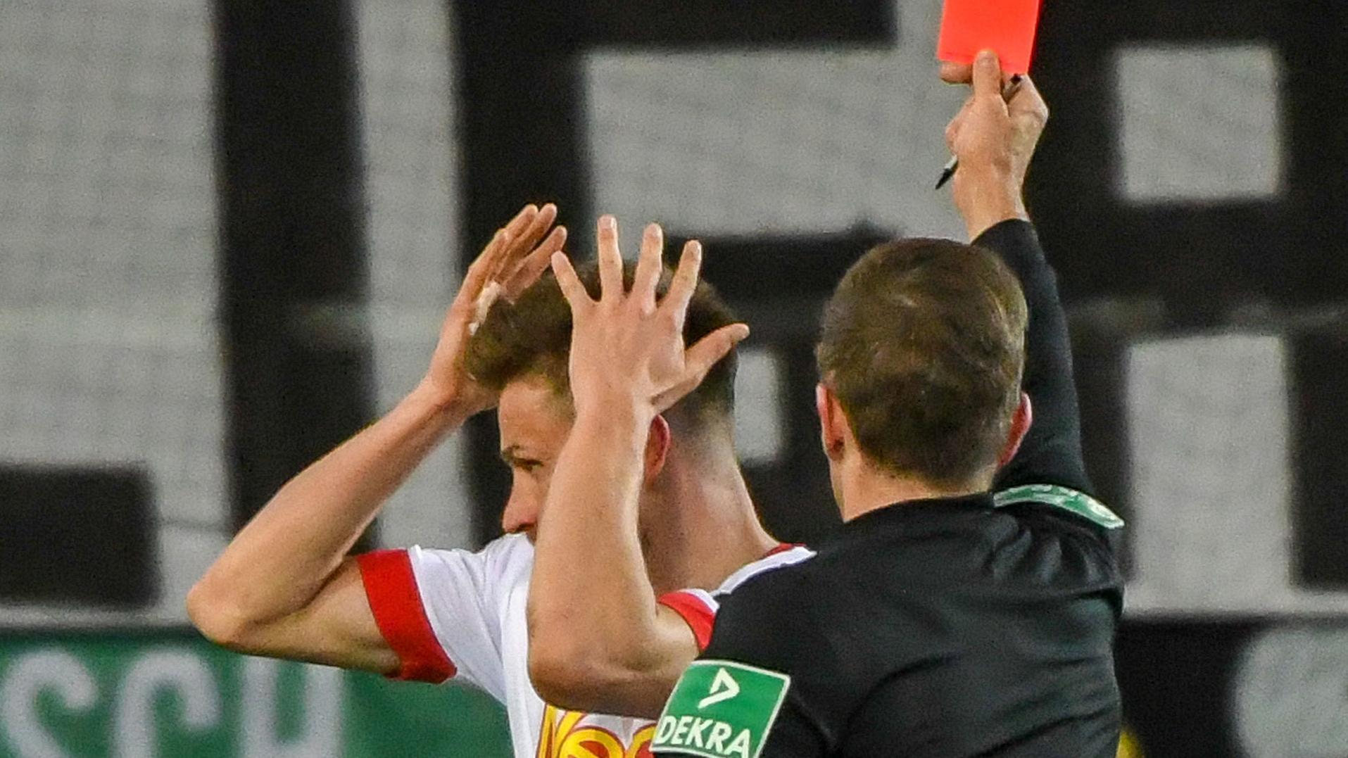 Gelb-Rot für Regensburgs Markus Palionis nach 67 Spielminuten