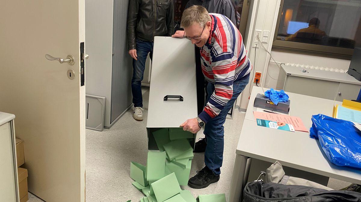Auszählung der Stimmzettel im Aschaffenburger Rathaus